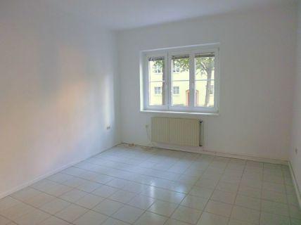 IMMOBERLIN: Sanierte Altbauwohnung mit verglaster Südloggia
