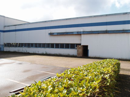 Produktions/Lagerhallen mit Büroräumen und großer Freifläche