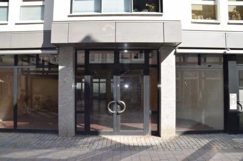 Zentral gelegene und moderne Ladenfläche mit großem Schaufenster – KEINE...