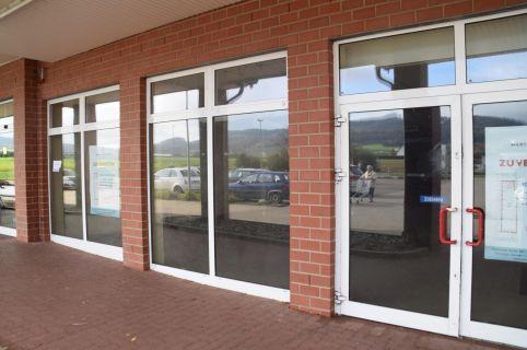 Moderne Ladenfläche mit großem Schaufenster im Einkaufszentrum in Aerzen...