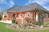 Verkauft: Top gepflegtes Haus mit Garage, Keller, viel Licht und tollem Garten!