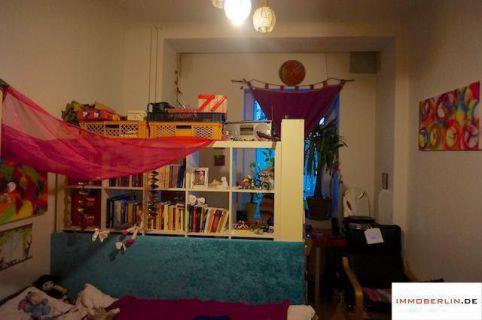IMMOBERLIN: Vermietete Altbauwohnung mit Terrasse in familiärer Lage