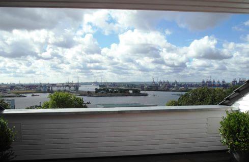 """""""Panorama-Elbblick!"""" Dachgeschoss-Neuausbau in historischem Gebäude in..."""