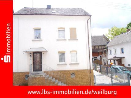 Kleines Einfamilienwohnhaus mit Nebengebäude
