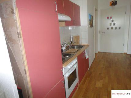 IMMOBERLIN: Helles Dachgeschoss-Apartment mit Südbalkon für den Wasserblick