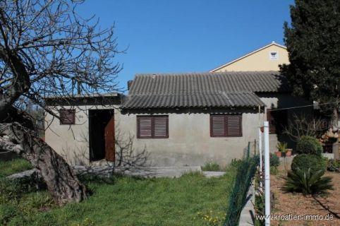 Kleines, renovierungsbedürftiges Ferienhäuschen mit Garten